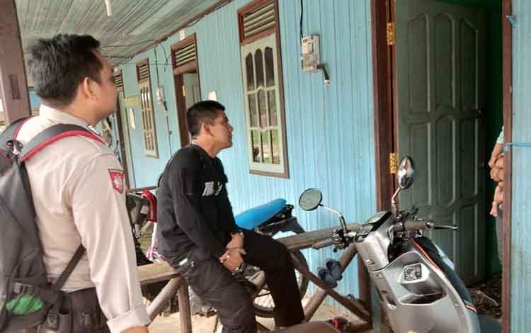 Kapolsek Murung saat menyambangi rumah warga di sekitar TKP penemuan bayi laki-laki untuk melakukan penyelidikan, Sabtu, 15 Juni 2019