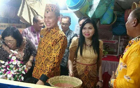 Bupati Gunung Mas Jaya S Monong bersama istri dan Wakil Efrensia LP Umbing dan suami, bersama sejumlah pejabat saat mengunjungi stan pameran Kecamatan Tewah, Minggu, 16 Juni 2019.