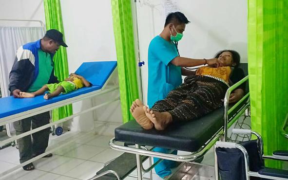 Jemaat Gereja yang keracunan massal saat ditangani petugas kesehatan Puskesmas UPTD Pir Butong, Minggu, 16 Juni 2019.