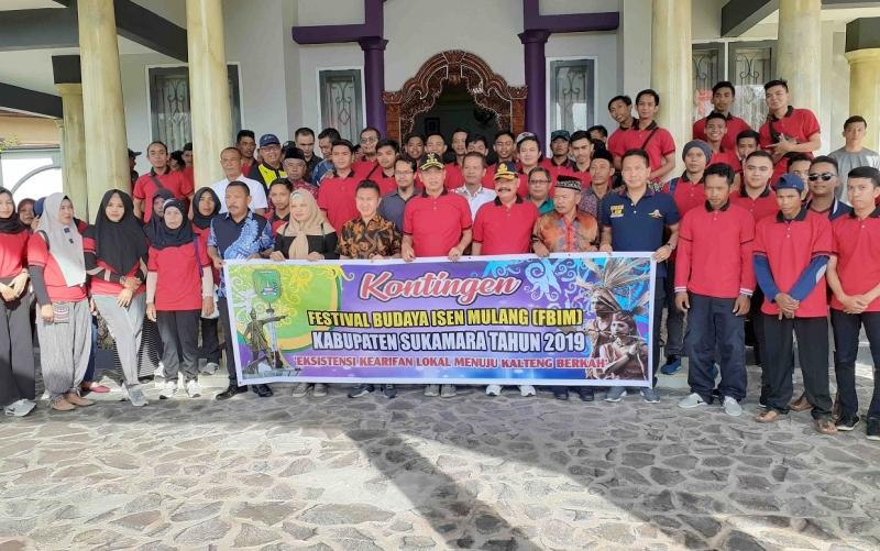 Pelepasan kontingen Sukamara yang akan mengikuti FBIM 2019 di Palangka Raya, Minggu, 16 Juni 2019.