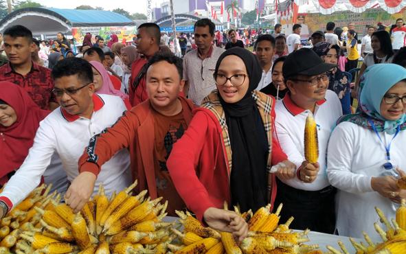 Gubenur Kalteng Sugianto Sabran bersama istrinya Yulistra Ivo meninjau stan bakar jagung , Minggu 16 Juni 2019.