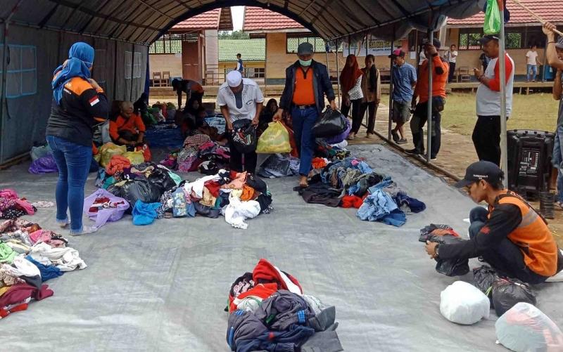 Penyaluran bantuan untuk korban kebakaran Desa Mangkahui.