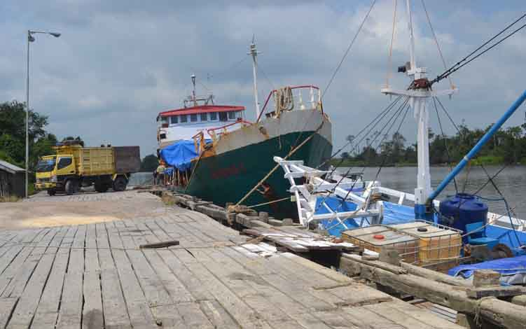 Kapal pengangkut barang saat sedang bongkar barang di Pelabuhan Syahbandar.