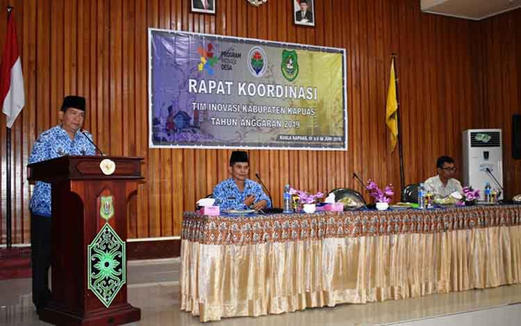 Plt Kepala Dinas PMD Kabupaten Kapuas Yan Hendri Ale saat memberikan arahan dalam rapat Tim Inovasi Kabupaten di Aula Bappeda pada Senin, 17 Juni 2019.