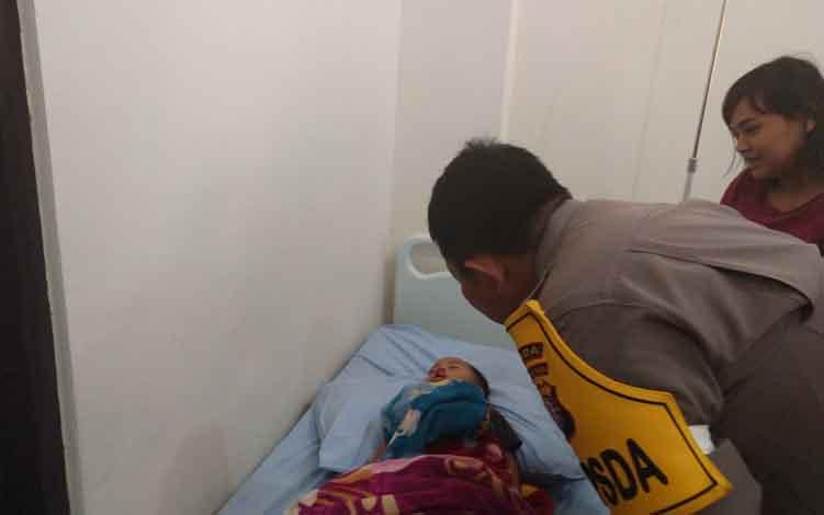Polda Kalimantan Tengah Irjen Pol Anang Revandoko menjenguk salah satu pasien yang mengikuti operasi bibir sumbing secara gratis, Senin 17 Juni 2019.