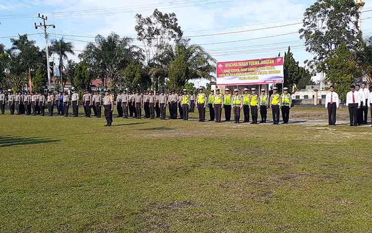 Anggota Polres Sukamara saat mengikuti acara sertijab 4 pejabat polres Sukamara.