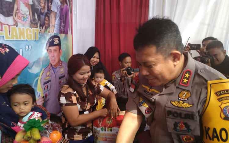Polda Kalimantan Tengah Irjen Pol Anang Revandoko menjenguk pasien yang mengikuti operasi gratis bibir sumbing, Senin 17 Juni 2019