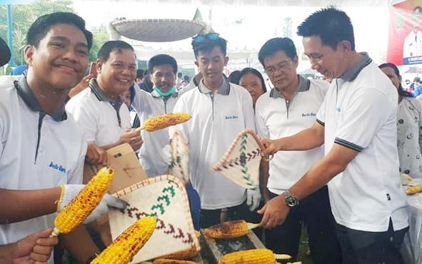 Kepala Dinas Pertanian Barito Utara Setia Budi saat mendampingi Bupati Nadalsyah memakar jagung pada pemecahan rekor MURI bakar jagung terbanyak yang dilaksanakan Pemprov Kalteng, Minggu, 16 Juni 2019.
