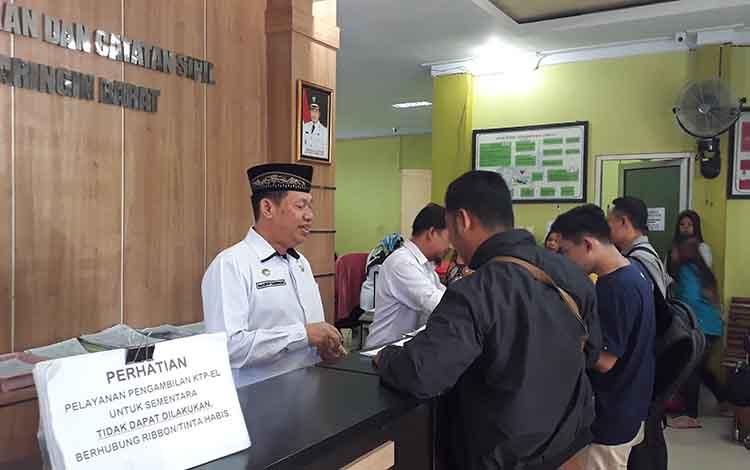 Sejumlah warga sedang mengurus administrasi kependudukan di kantor Disdukcapil Kobar, Senin, 17 Juni 2019.