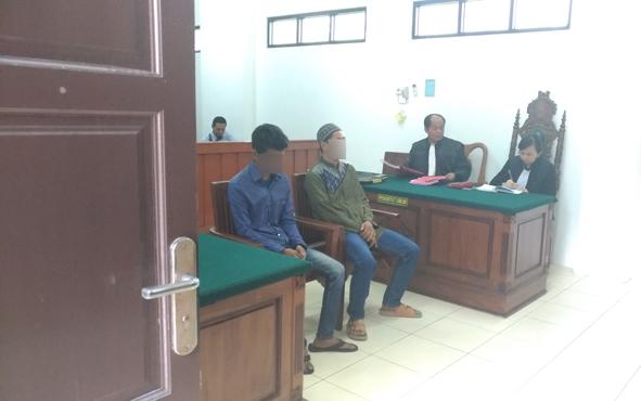 AM dan Sar saat menjalani persidangan di Pengadilan Negeri Palangka Raya, Senin, 17 Juni 2019.