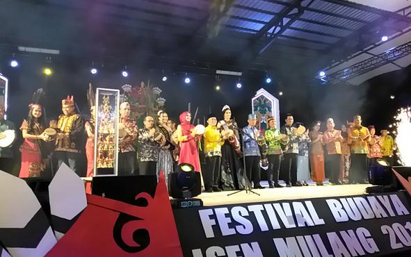 Pembukaan Festival Budaya Isen Mulang di Taman Budaya, Temanggung Tilung, Palangka Raya ditandai dengan penabuhan katambung, Senin, 17 Juni 2019 malam.