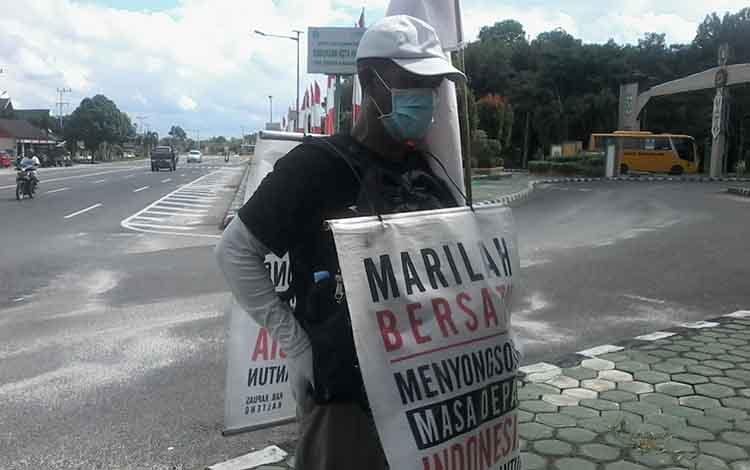 Sudarsono warga Kapuas saat berjalan kaki di Jalan Trans Kalimantan wilayah Kasongan, Selasa, 18 Juni 2019.