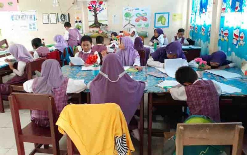 Aktivitas belajar mengajar salah satu SD di Sukamara.