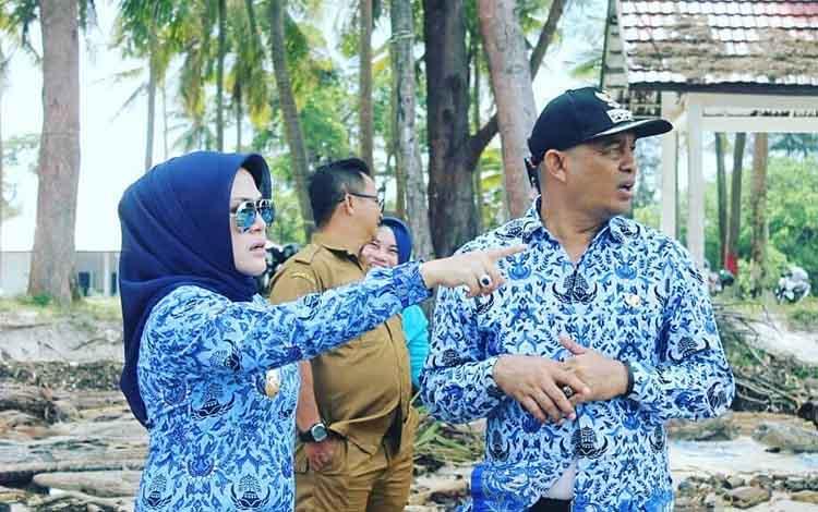 Wakil Bupati Seruyan Iswanti (berkacamata) saat mengunjungi objek wisata Sungai Bakau, Senin 17 Juni 2019.