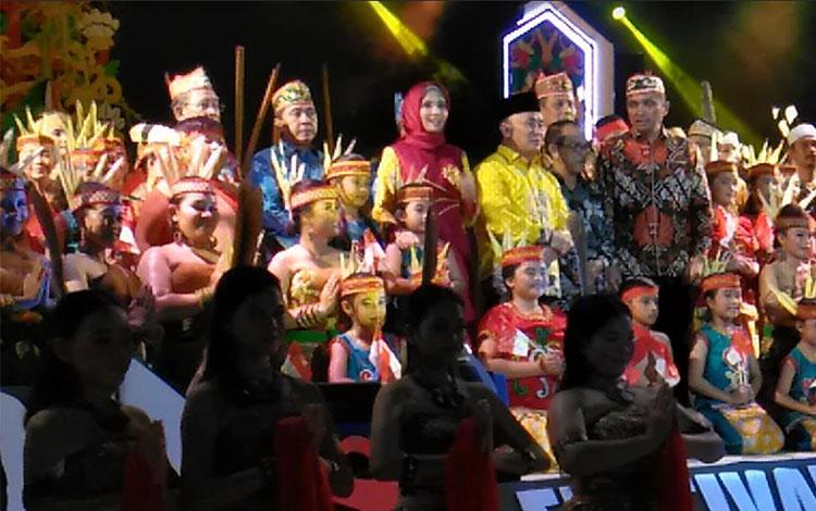 Gubernur Kalimantan Tengah Sugianto Sabran beserta istri di pembukaan Festival Budaya Isen Mulang.