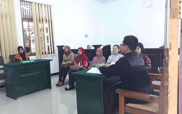Lima orang saksi dihadirkan di persidangan dalam kasus penggelapan, di Pengadilan Negeri I B Pangkalan Bun, Selasa, 18 Juni 2019.