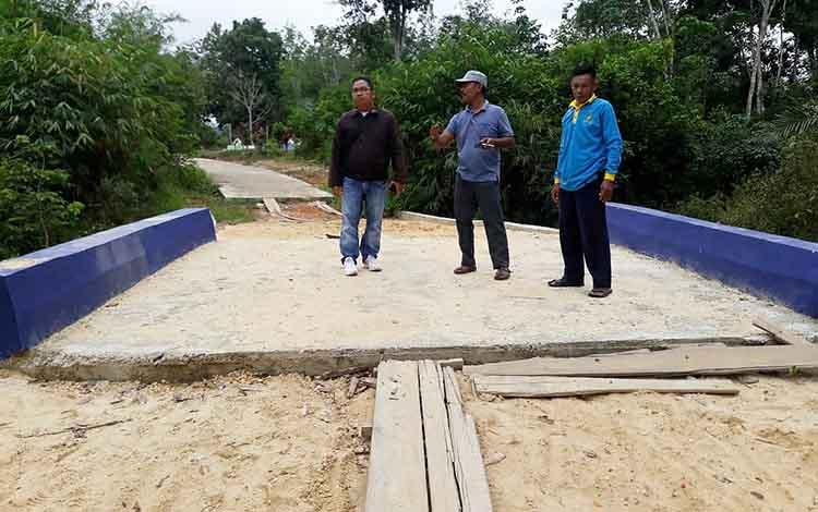 Kepala Desa Lemo II, Rusli saat menunjukkan pembangunan di desanya.
