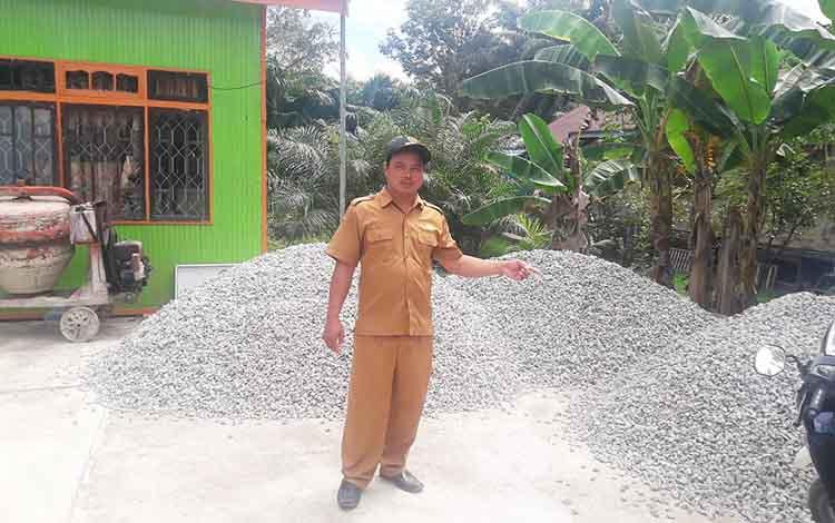 Kepala Desa Pendresh, Kecamatan Teweh Tengah saat menunjukkan bahan bangunan untuk pembangunan di desa