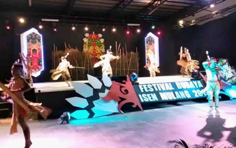 Penampilan tari kolosal pada pembukaan Festival Budaya Isen Mulang, Senin, 17 Juni 2019 malam.