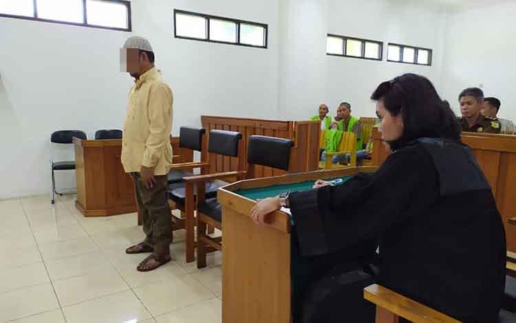 Il saat mendengar pembacaan amar putusan oleh majelis hakim dalam persidangan yang digelar di Pengadilan Negeri Palangka Raya, Rabu, 19 Juni 2019.