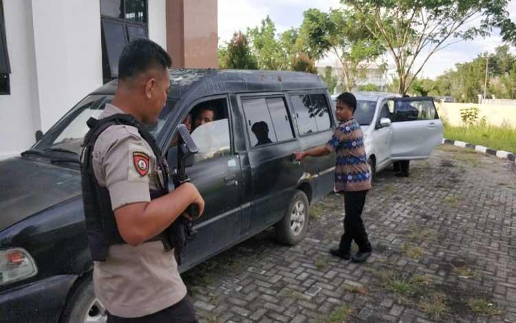 Tam, terdakwa kasus dana desa saat masuk mobil di Pengadilan Tipikor Palangka Raya