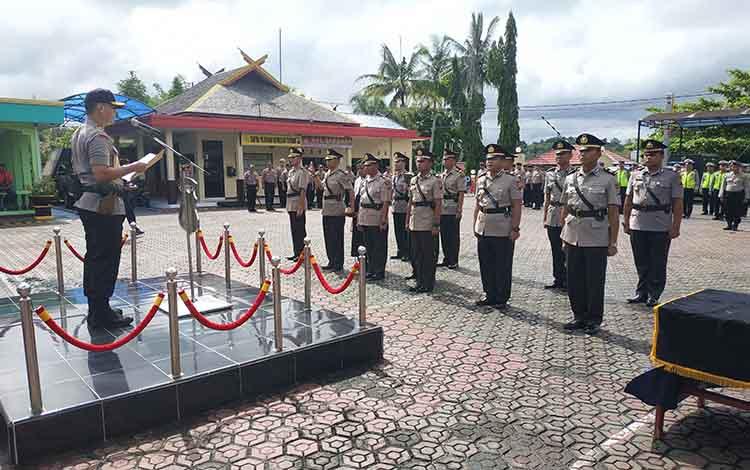 Kapolres Barito Utara, AKBP Dostan Matheus Siregar SIk ketika mengambil sumpah janji jabatan para perwira baru yang menjabat di Polres Barito Utara