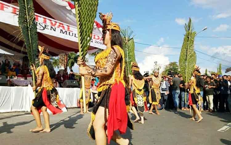 Tari pedalaman yang ditampilkan kontingen Barito Utara pada karnaval budaya FBIM 2019 di Palangka Raya