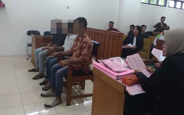 Terdakwa Eg, Ah dan Rin saat menjalani persidangan di Pengadilan Negeri Palangka Raya, Rabu, 19 Juni 2019