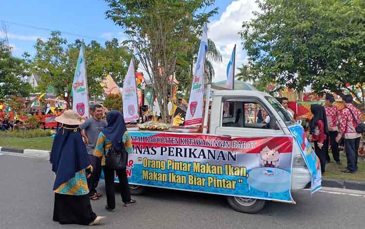 Perwakilan Dinas Kelautan dan Perikanan Kobar ikuti pawai budaya dalam perayaan Festival Buadya Isen Mulang di Pangka Raya