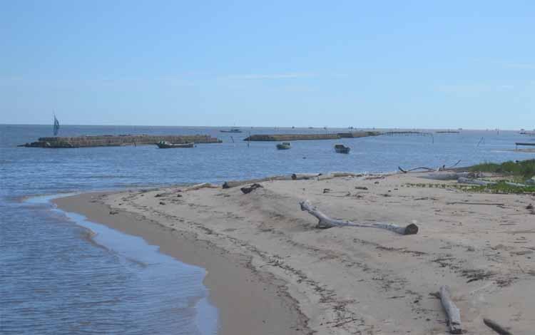 Pemecah ombak yang dipasang disekitar lokasi Pantai Anugrah Desa