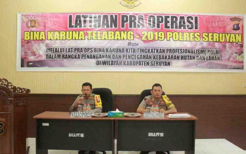 Wakapolres Seruyan, Kompol Timur Santoso didampingi Kabag Ops, AKP Wahyu Edi, memimpin rapat persiapan Operasi Bina Karuna.