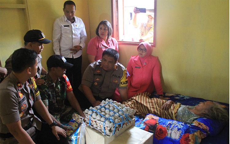 Kapolres Kotim memberikan bantuan sembako dan juga perbaikan rumah kepada seorang nenek lumpuh.