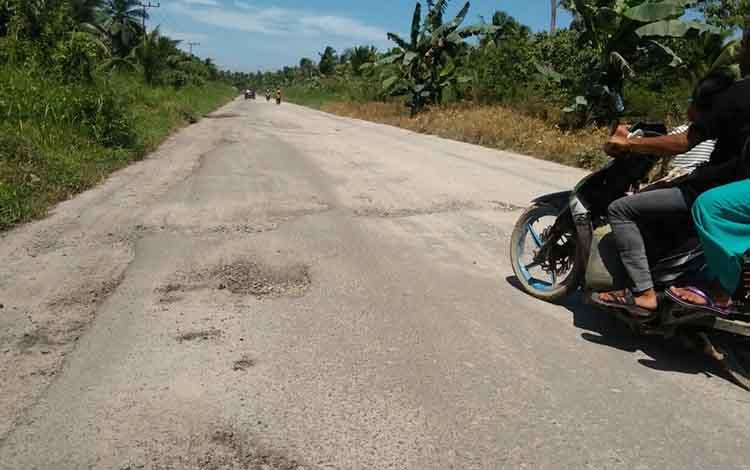 Ruas jalan penghubung Kuala Pembuang - Sampit masih rusak.