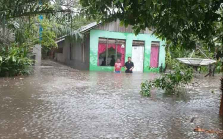 Rumah warga di Kecamatan Oantai Lunci terendam banjir, Rabu, 19 Juni 2019.