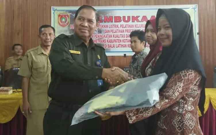 Kadisnakertrans Kobar, Gusti Nur Aini menyerahkan perlengkapan pelatihan kerja pada peserta