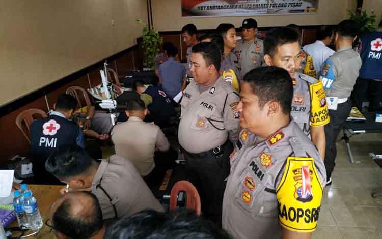 Kapolres Pulang Pisua AKBP Siswo Yuwono Bima Putra Mada saat memantau kegiatan bhakti donor darah menyambut HUT Bhayangkara ke 73.