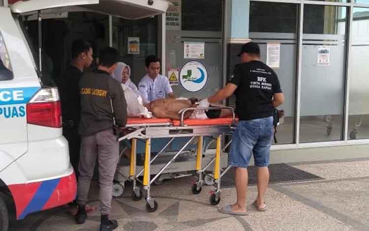Korban pengeroyokan saat dievakuasi ke RSUD dr Soemarno Sosroatmodjo Kuala Kapuas pada Kamis, 20 Juni 2019