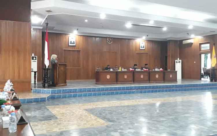 Bupati Kotawaringin Barat Hj Nurhidayah membacakan tanggapan Eksekutif atas Pemandangan Umum Fraksi-Fraksi DPRD pada Rapat Paripurna Ke 7 Masa Sidang II Tahun 2019, di Gedung DPRD Kobar, Kamis, 20 Juni 2019.