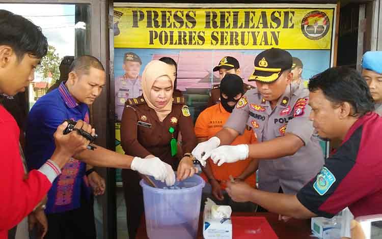 Pemusnahan barang bukti sabu oleh jajaran Polres Seruyan, Kamis 20 Juni 2019.