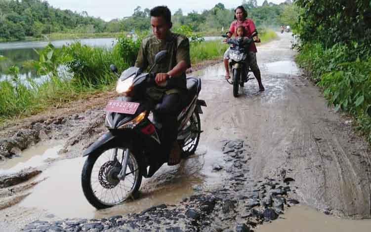 Jalan di kawasan lokasi wisata DAM Trinsing, Kecamatan Teweh Selatan, Kabupaten Barito Utara yang rusak.