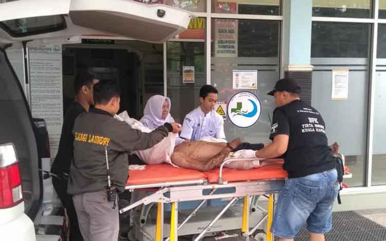 Korban kasus pengeroyokan saat dievakuasi ke RSUD dr Soemarno Sosroatmodjo Kuala Kapuas pada Kamis, 20 Juni 2019.