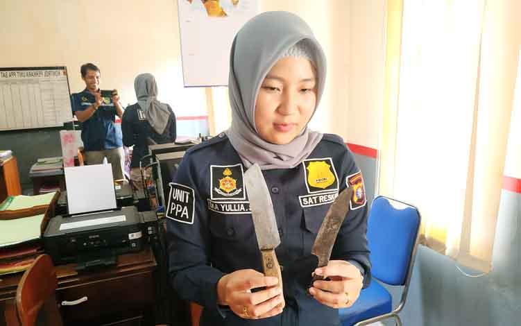 Anggota Polres Barito Utara memperlihatkan pisau yang digunakan pelaku untuk mengancam korban