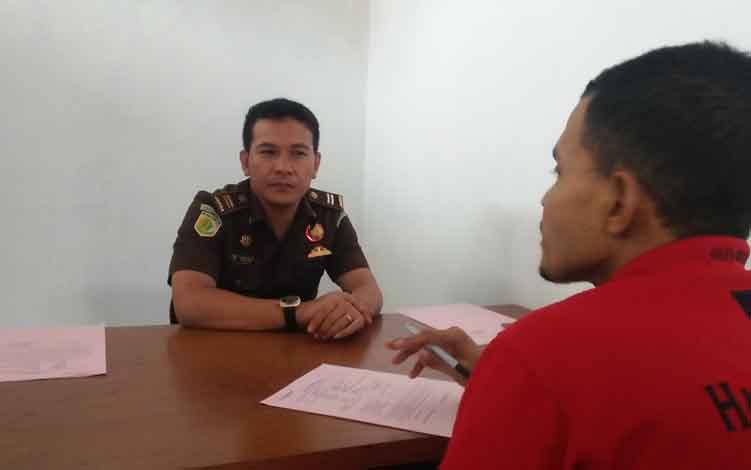 Jaksa Penuntut Umum Kejari Seruyan Arwan saat memeriksa oknum pengasuh pondok pesantren pada tahap II dari penyidik Polsek Seruyan Raya di Kejari Seruyan, Kamis, 20 Juni 2019.