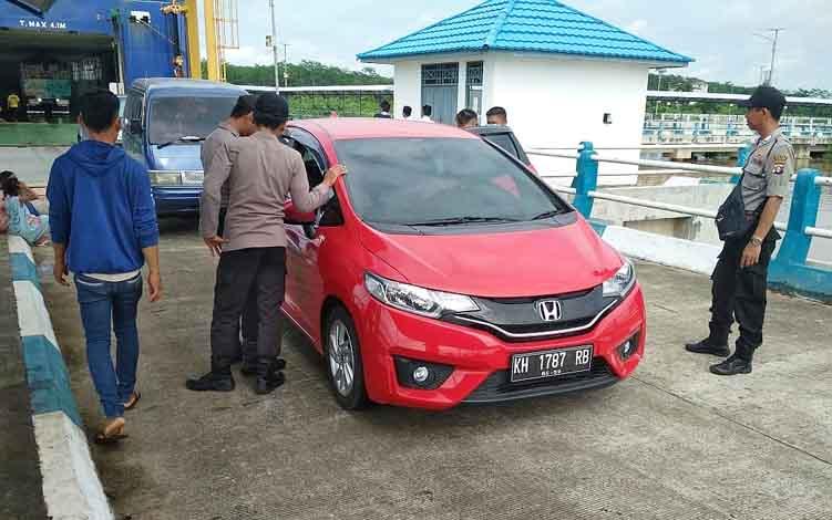 Personil Polsek Kahayan Kuala memeriksa kendaraan milik penumpang KMP Drajat Paciran di Pelabuhan Penyeberangan Bahaur.