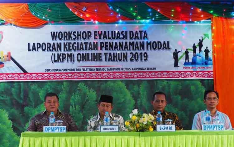 Kepala DPMPTSP Murung Raya, Rahmad Tambunan (Pojok Kiri) bersama Narasumber Worshop LKPM Online dan