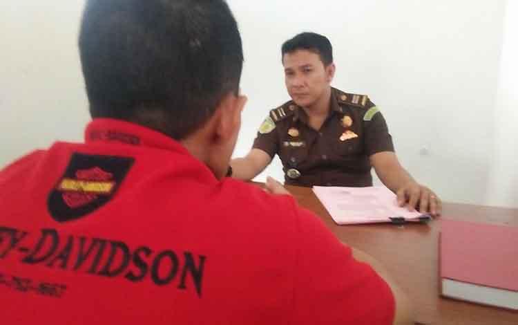 Jaksa Penuntut Umum Arwan ketika memeriksa berkas tersangka oknum pemimpin pondok pesantren di Kecamatan Seruyan Raya yang terlibat persetubuhan anak.
