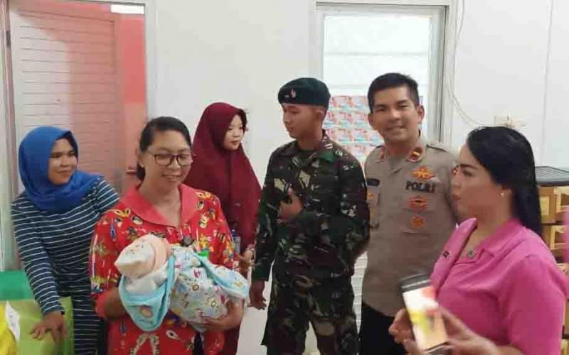 Kapolsek Murung bersama Ketua Ranting Bhayangkari saat menjemput bayi laki-laki di RSUD Puruk Cahu.