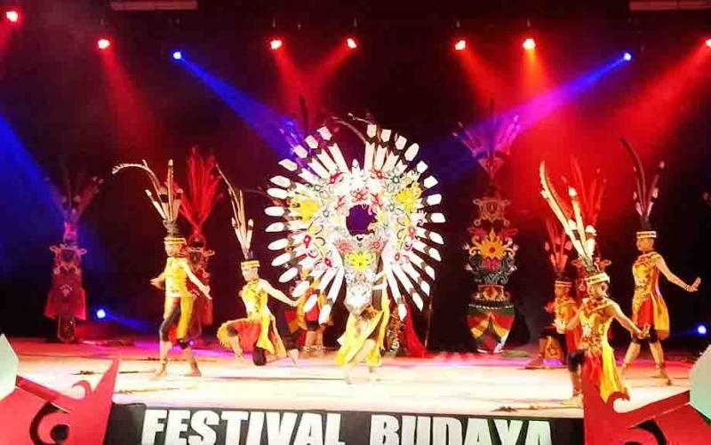 Penampilan tari pesisir di Festival Budaya Isen Mulang.