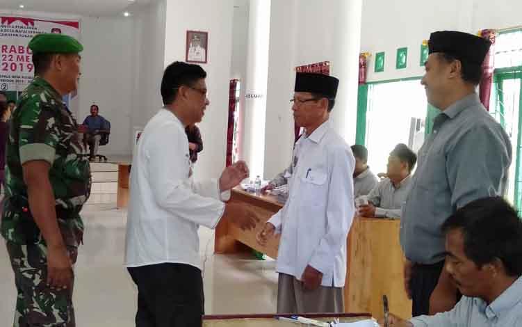 Wakil Bupati Sukamara H Ahmadi saat kemantau proses pemungutan suara Pilkades Desa Natai Sedawak beberapa waktu lalu.