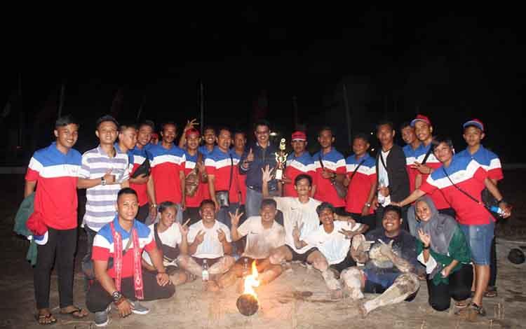 Ketua kontingen DR. Ibramsyah, pelatih Edy Setiawan, S.Pd, dan asisten pelatih Tajuddinnor bersama seluruh pemain sepak sawut rayakan kemenangan